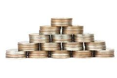 Pilhas de moedas empilhadas em uma pirâmide Imagem de Stock