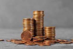 Pilhas de moedas na tabela imagem de stock royalty free