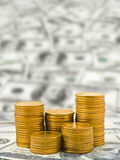 Pilhas de moedas no dinheiro Fotos de Stock