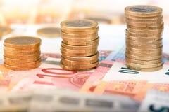 Pilhas de moedas que aumentam em tamanho Fotografia de Stock
