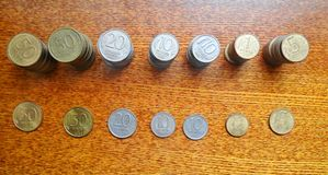 Pilhas de moedas velhas na tabela imagens de stock