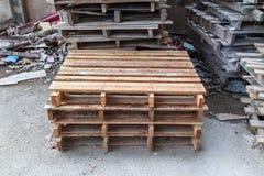 Pilhas de páletes de madeira velhas Fotos de Stock Royalty Free