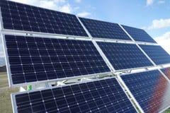 Pilhas de painéis solares Fotos de Stock