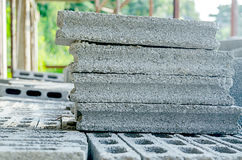 Pilhas de pedras de bloqueio para instalar o landscapin da entrada de automóveis Foto de Stock Royalty Free