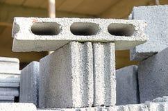 Pilhas de pedras de bloqueio para instalar o landscapin da entrada de automóveis Fotografia de Stock