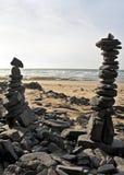 Pilhas de pedras do seixo na praia Fotografia de Stock