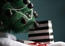 Pilhas de presentes de Natal sob uma árvore de Natal Imagem de Stock Royalty Free