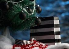 Pilhas de presentes de Natal sob uma árvore de Natal Fotos de Stock Royalty Free