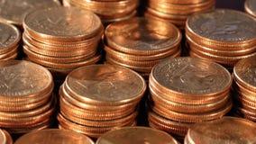 Pilhas de quartos - seguindo o tiro - ascendente próximo - dinheiro americano vídeos de arquivo