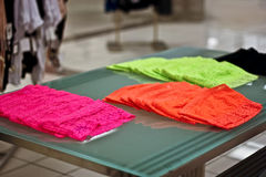 Pilhas de roupa interior das mulheres em uma loja Fotografia de Stock Royalty Free