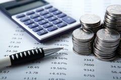 Pilhas de rublos de russo com calculadora e pena Fotografia de Stock Royalty Free