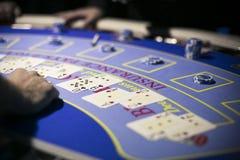 Pilhas de símbolos do jaque preto e de cartões de jogo na tabela Fotos de Stock