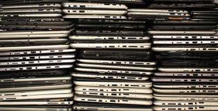 Pilhas de tabuletas e de smartphones desmontados fotos de stock royalty free