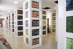 Pilhas de tijolos para a venda Materiais da construção e do construção, tijolos coloridos, pavers concretos organizados em pálete imagem de stock