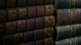 Pilhas de tiro movente dos livros velhos video estoque