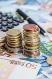 Pilhas do dinheiro em contas Imagem de Stock Royalty Free