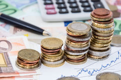 Pilhas do dinheiro em contas Foto de Stock Royalty Free