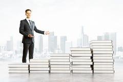 Pilhas do homem de negócios e de livro Foto de Stock