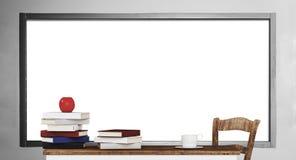 Pilhas do livro na tabela de madeira com fundo vazio do whiteboard ilustração royalty free