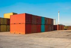 Pilhas do recipiente na jarda, no transporte e em logísticas de envio foto de stock