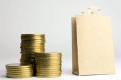 Pilhas do saco de compras de moedas imagem de stock