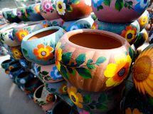 Pilhas dos potenciômetros decorativos cerâmicos mexicanos na oficina - 12 Foto de Stock Royalty Free