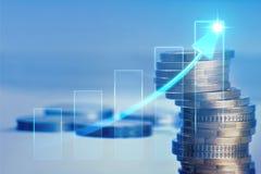 Pilhas douradas das moedas no fundo do gráfico imagem de stock royalty free
