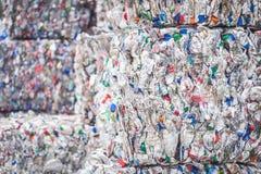 Pilhas empilhadas de garrafas plásticas para reciclar foto de stock