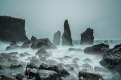 Pilhas islandêsas da praia e do mar da tempestade Fotos de Stock