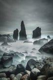 Pilhas islandêsas da praia e do mar da tempestade Foto de Stock