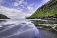 Pilhas na distância, baía do mar de Risin e de Kellingin de Tjornuvik Sandy, Streymoy, Ilhas Faroé (Faroé), Dinamarca, Europa Imagem de Stock