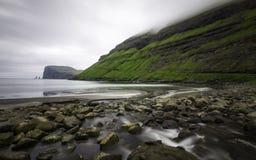 Pilhas na distância, baía do mar de Risin e de Kellingin de Tjornuvik, Streymoy, Ilhas Faroé (Faroé), Dinamarca, Europa Fotos de Stock Royalty Free