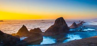 Pilhas a pouca distância do mar do mar fotografia de stock
