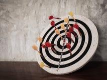 Pilhiten uppsätta som mål på dartboard royaltyfri bild