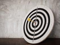 Pilhiten uppsätta som mål på dartboard arkivbild