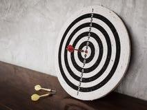 Pilhiten uppsätta som mål på dartboard arkivfoton