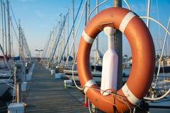Pilier à la bouée de sauvetage de Fehmarn, de l'Allemagne et aux bateaux images stock
