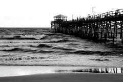 Pilier à la plage atlantique, la Caroline du Nord image stock