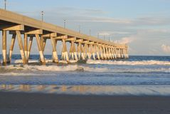 Pilier à la plage de Wrightsville à Wilmington, OR image libre de droits