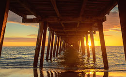Pilier au coucher du soleil photos stock