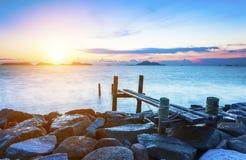 Pilier au-dessus des eaux de coucher du soleil images libres de droits