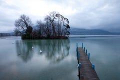Pilier au lac Annecy, France image stock