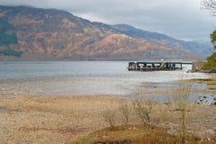 Pilier au rivage de Loch Lomond Photo stock