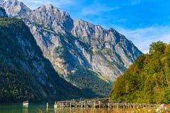 Pilier avec des bateaux près de lac Koenigssee, Konigsee, parc national de Berchtesgaden, Bavière, Allemagne images stock