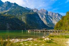 Pilier avec des bateaux pr?s de lac Koenigssee, Konigsee, parc national de Berchtesgaden, Bavi?re, Allemagne photographie stock