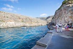 Pilier avec des touristes et des bateaux Images libres de droits