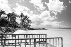 Pilier avec la balustrade sur la plage tropicale dans St Johns, Antigua Photo libre de droits