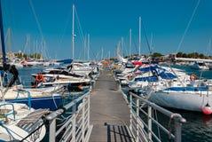 Pilier avec les bateaux amarrés dans le port Photographie stock libre de droits