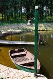 Pilier avec un bateau et une cloche Photographie stock libre de droits