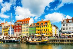 Pilier célèbre de Nyhavn avec les bâtiments colorés à Copenhague, Danemark photographie stock